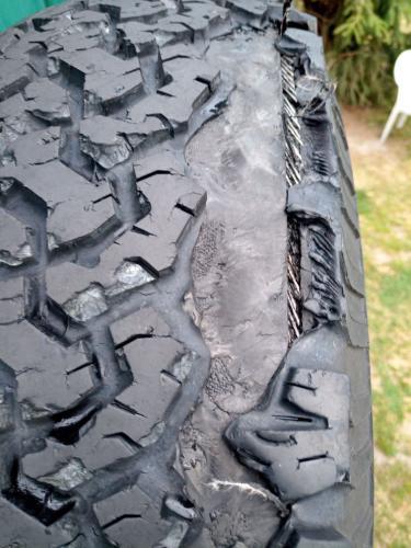 BF Goodrich all terrain 265 75R16 Reifen verliert auf der Autobahn ganze Stücke. Ich ersetzte alle durch BF Goodrich mud terrain 265 75R16 (Polen)